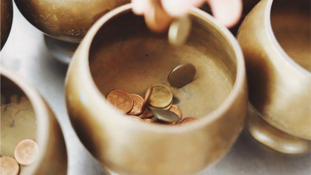 Tazón con monedas.