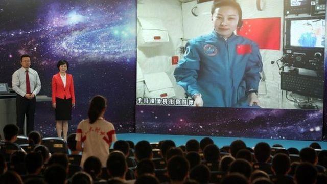 عالم الفضاء الصيني، وانغ يابينغ، يلقي محاضرة لتلاميذ المدارس من المختبر الفضائي تيانقونغ-1