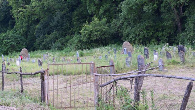 Кладбище на краю села Биркиани