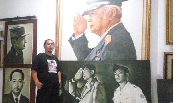 Djoko menunjukkan kecintaannya terhadap Suharto dengan karya lukis