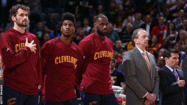 Le règlement de la NBA stipule que tous les joueurs doivent se lever durant l'hymne national