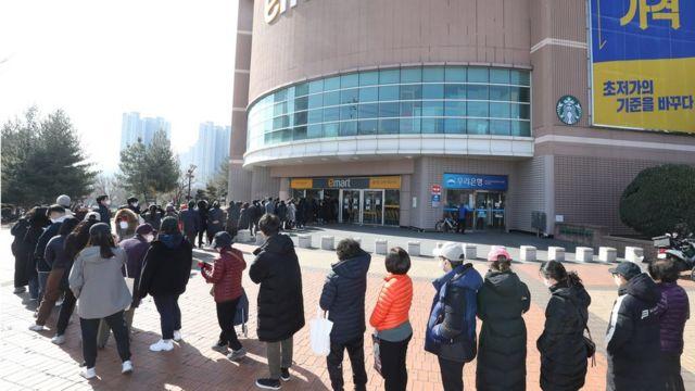 대구 시민들이 마스크 구매를 위해 줄 서 있는 모습