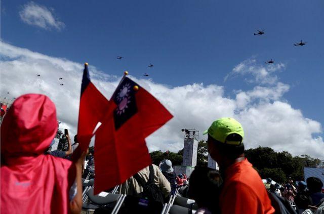 """台湾军用直升机参加""""双十节""""在台北举行的阅兵仪式。"""