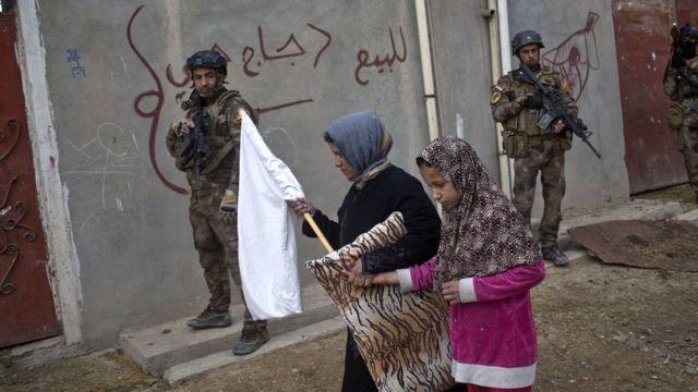 イラク軍がモスル市内を捜索するなか白旗を掲げた市民もいた(2日)