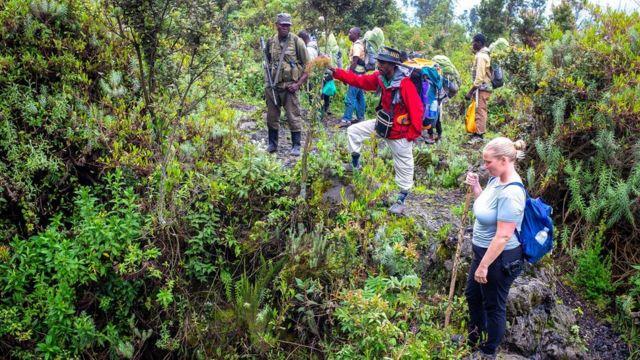 En 2002, une lors d'une éruption, un évent a soufflé sur le flanc du volcan et le lac s'est vidé, déversant de la lave sur la ville de Goma.