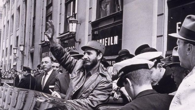 Fidel Castro saludando a sus seguidores en Nueva York