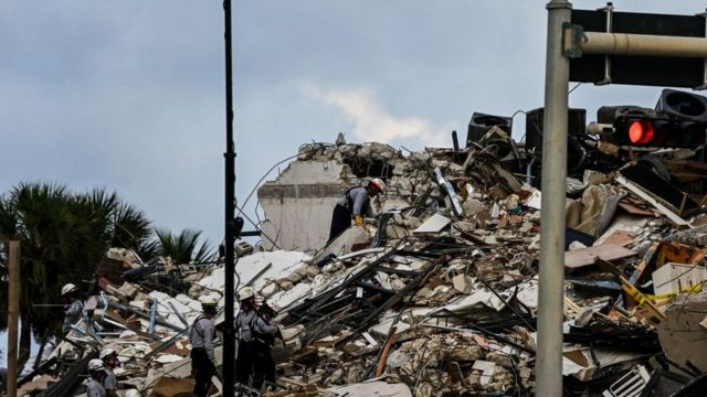 Завалы на месте рухнувшего дома