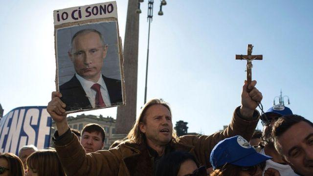 участник митинга в поддержку Маттео Сальвини в декабре прошлого года в Риме