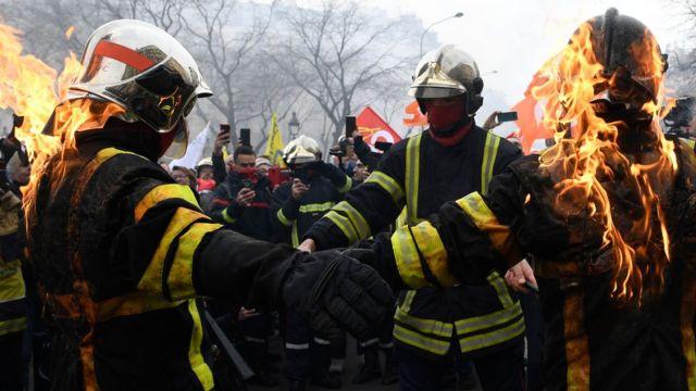 • ماموران آتشنشانی در جریان اعتراضات ماه گذشته در پاریس یکدیگر را آتش زدند