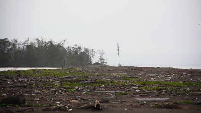 Al fondo el campamento militar de Nicaragua en la frontera con Costa Rica en el Caribe, al otro lado de la laguna Los Portillos o Harbour Head.