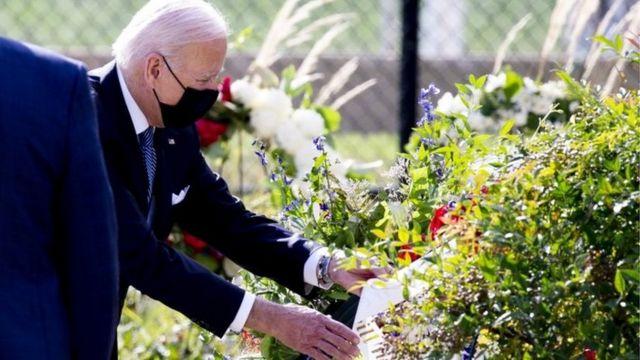 Байден возлагает цветы у Пентагона