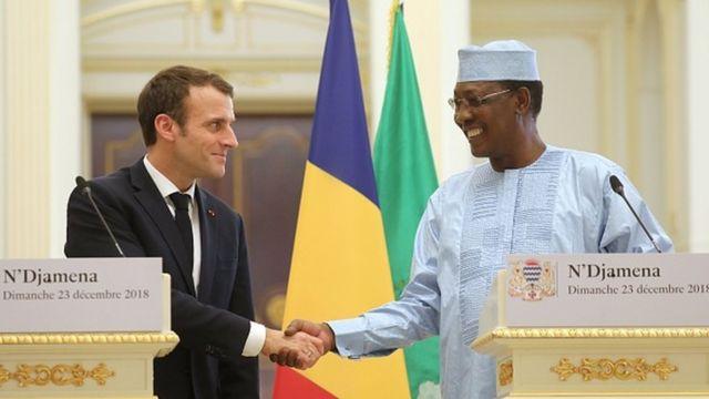 En visite au Tchad, Emmanuel Macron et Idriss Deby ont donné une conférence de presse conjointe.