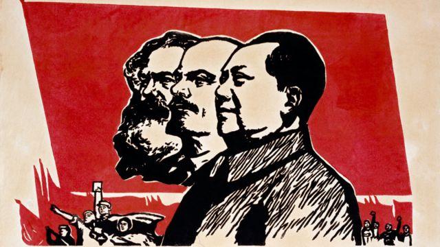 Um pôster mostrando Karl Marx, Lenin e Mao Tse-Tung.