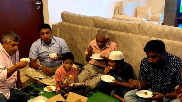 Rehaan Jayawickreme (qofka labaad ee bidixda jira) oo saaxiibadii muslimiinta ah la afuraya