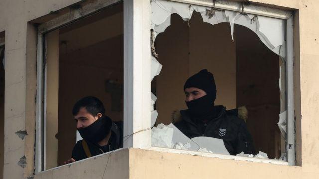 اثنان من رجال الأمن الأفغان بعد تفجير في حي سكني أجنبي في 15 يناير/كانون الثاني 2019
