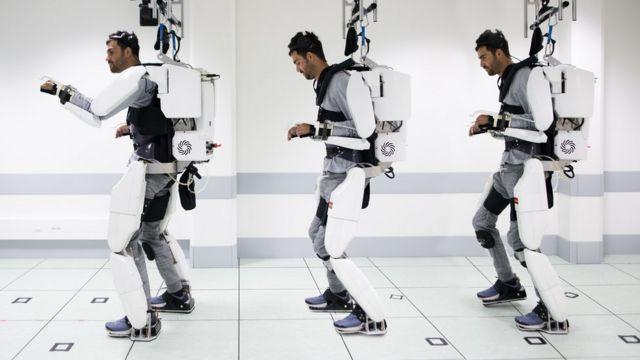 Este exoesqueleto controlado por la mente permitió que un hombre paralítico volviera a caminar.