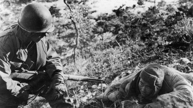 Un soldado estadounidense hace prisionero a uno norcoreano.
