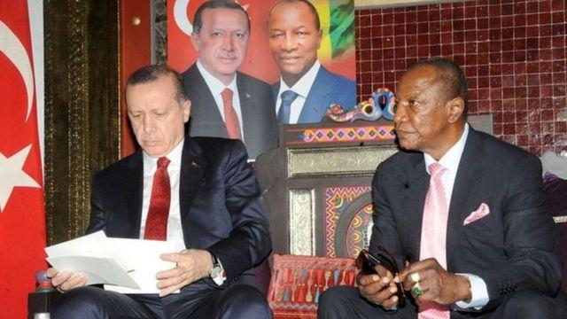 Le président turc et son homologue guinéen Alpha Condé, lors d'une visite en Guinée, en mars 2016