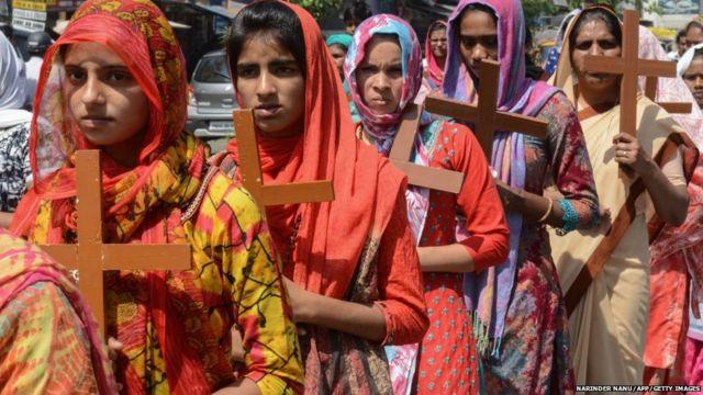 अमृतसर में गुड फ्राइडे के दिन लकड़ी से बने क्रॉस लेकर चलतीं कुछ इसाई महिलाएं.