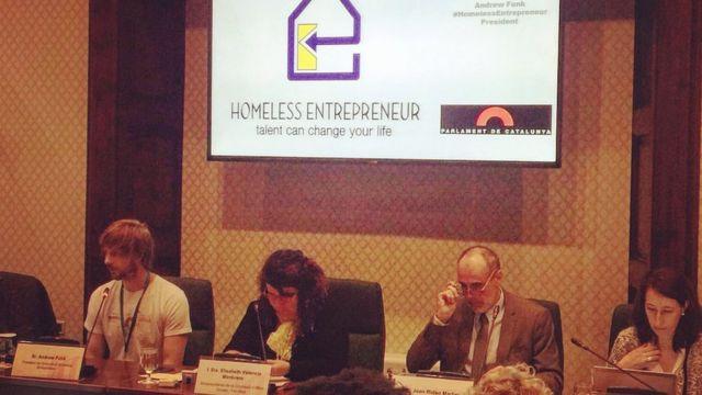 Andrew Funk (izquierda) durante la presentación del proyecto en el Parlamento de Cataluña (España).