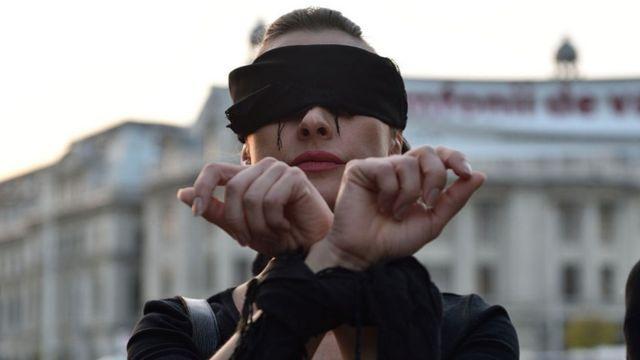 Mujer protesta contra la iniciativa para prohibir del todo el aborto en Polonia.