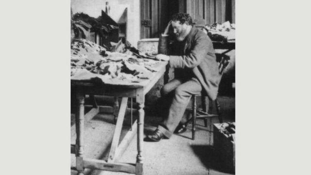 Solomon Schechter revisando los manuscritos