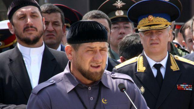 Рамзан Кадиров (у центрі)