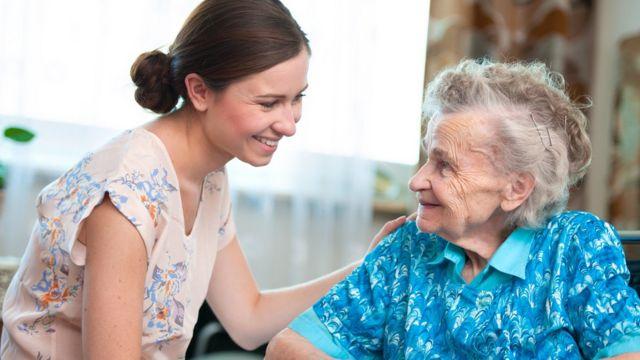 Mujer joven junto a una anciana