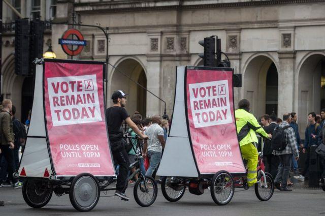 ロンドンのビッグベン近くで残留を訴える活動家たち。