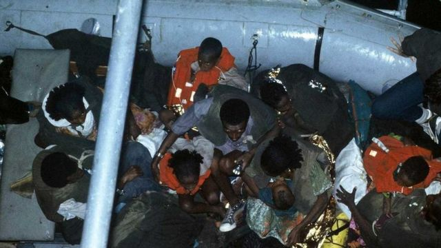 Etiopski Jevreji se prevoze čamcem od obale do mornaričkog broda