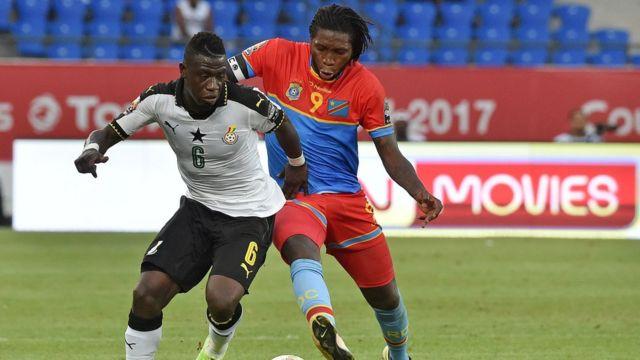 Dieumerci Mbokani (i buryo) ariko agwanira umupira n'umukinyi wo hagati wa Ghana Afriyie Acquah