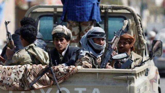हौदी बंडखोर सरकार समर्थित सुरक्षा दलासोबत संघर्ष करत आहेत.