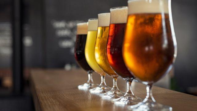 Vários tipos de cerveja.