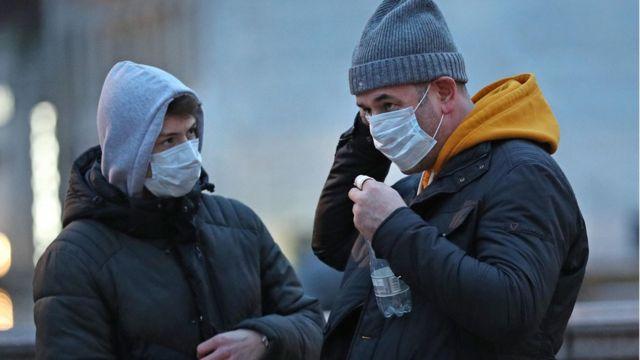زدن ماسک در میدان ترافلگار لندن