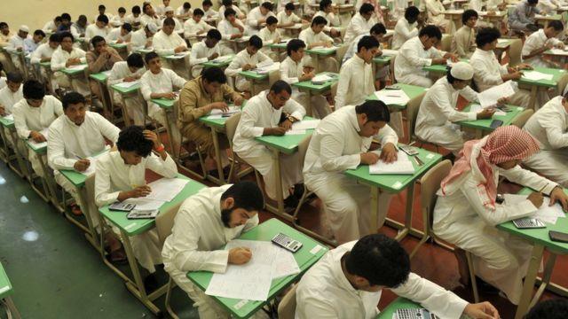 طلاب سعوديون في امتحان لهم