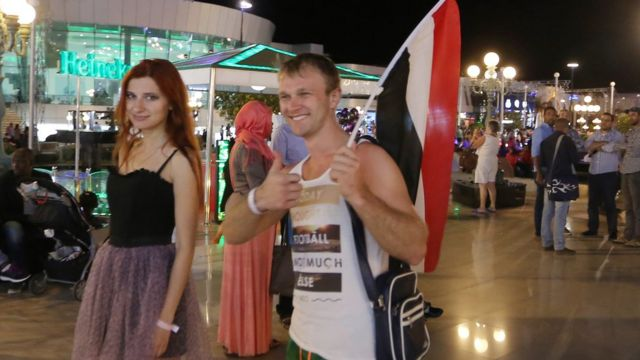 Russian tourists with Egyptian flag at the Sharm el-Sheikh holiday resort in Egypt (7 November 2015)