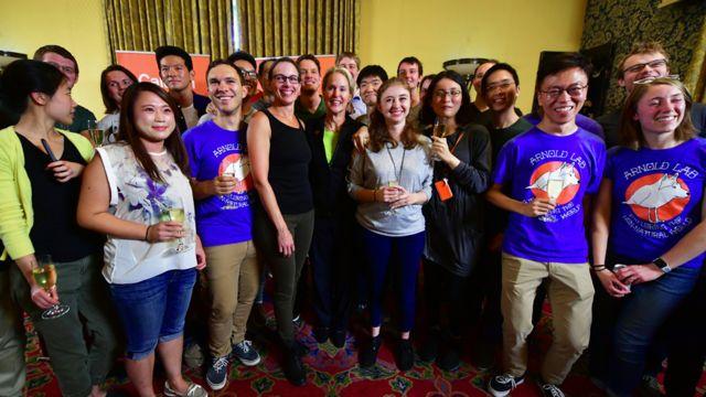 Frances Arnold junto a sus estudiantes en Caltech