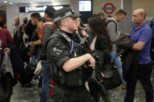 Un policía en la estación de Euston durante la tarde