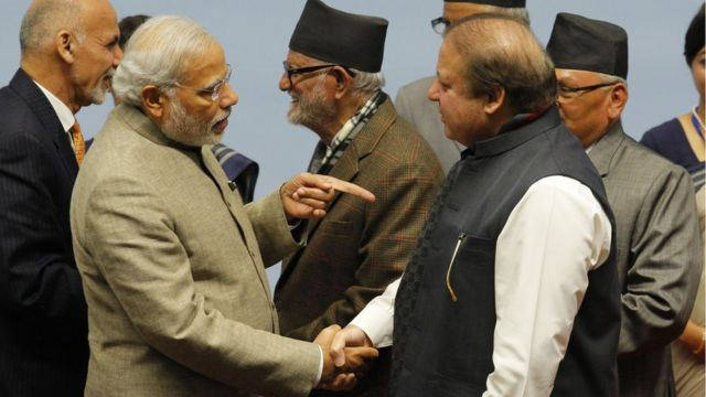 नवाज़ शरीफ़ के साथ नरेंद्र मोदी सार्क सम्मेलन में (फाइल फोटो)