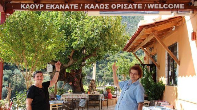 Τα Sakonian και τα σύγχρονα ελληνικά σύμβολα υποδέχτηκαν τους επισκέπτες στο χωριό Pera Melana
