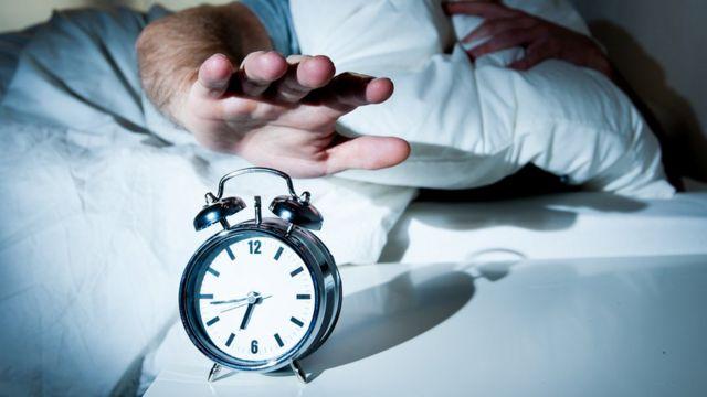 """""""El hecho de utilizar un despertador cada mañana 'corta' abruptamente el sueño y no es lo más recomendable"""", le dice a BBC Mundo el doctor Joaquín Segarra."""