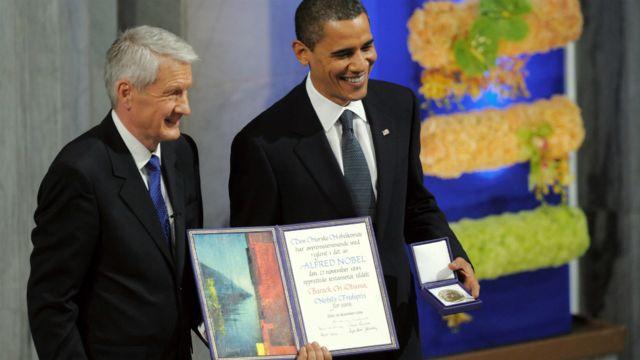 Presiden AS Barack Obama memegang Hadiah Nobel Perdamaian di samping Ketua Komite Nobel Norwegia, Thorbjoern Jagland, di Oslo - 10 Desember 2009