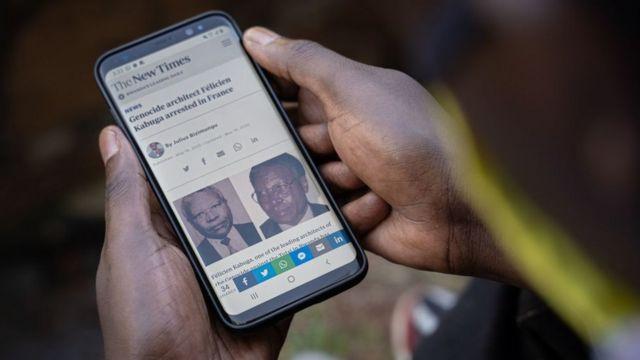 man wit im smart fone for Rwanda