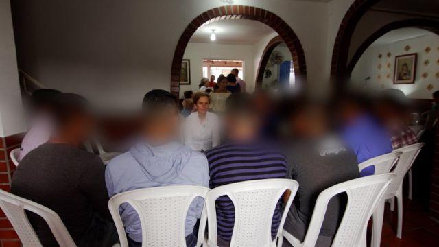 Grupo de desertores, que pediu para não ser identificado, em conversa com a BBC