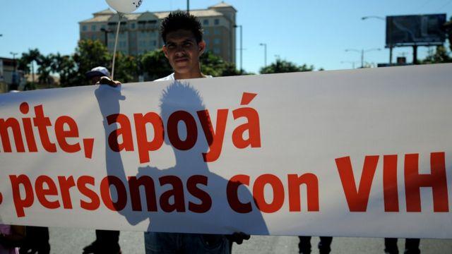 Un joven sostiene una pancarta en una marcha contra el sida en Managua, Nicaragua.