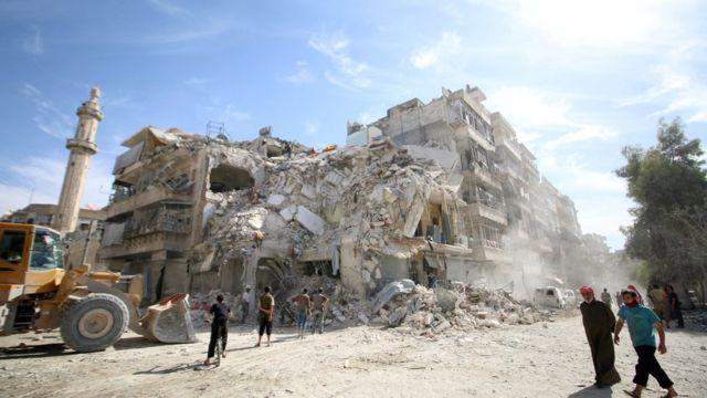 反政府勢力支配地域カテルジにある空爆で破壊されたビル(17日、アレッポ)