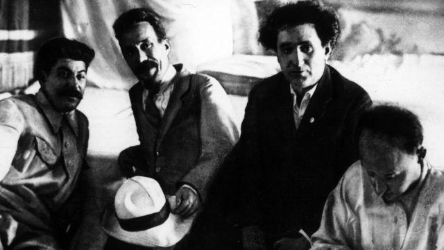 Слева направо: Иосиф Сталин, Алексей Рыков, Григорий Зиновьев и Николай Бухарин