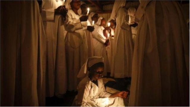 ကင်ညာနိုင်ငံ နိုင်ရိုဘီမြို့ ခရစ်ယာန်ဘုရားကျောင်းတခုမှာ ကျင်းပတဲ့ အီစတာ ဝတ်ပြုဆုတောင်းပွဲ။