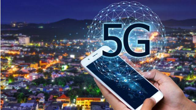 Mano de mujer con celular e ilustración de 5G