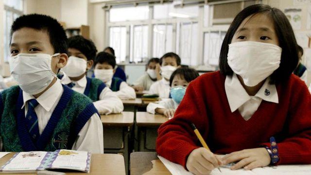 Niños asiáticos con mascarillas